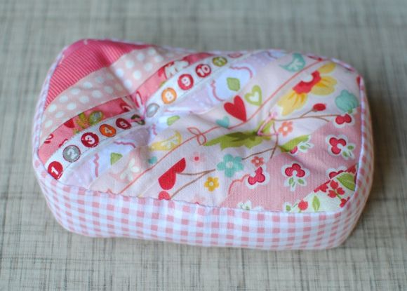 http://www.cloverandviolet.com/2012/11/princess-the-pea-pincushions-tutorial.html
